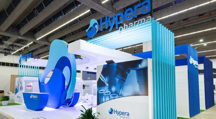 Stands da Hypera Pharma cum atrás do outro em galpão